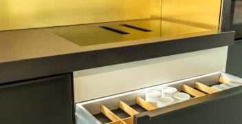 LEICHT Küchen Bondi mit beleuchteten Innenräumen