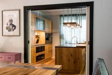 Küchenhochschränke und Kochinsel von TEAM 7 - loft in Eiche wild geölt
