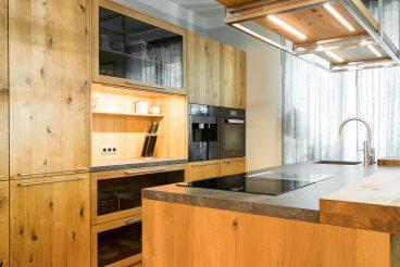 Küchenhochschränke loft von TEAM 7 mit unterschiedlichen sichtbaren und unsichtbaren Stauraummöglichkeiten