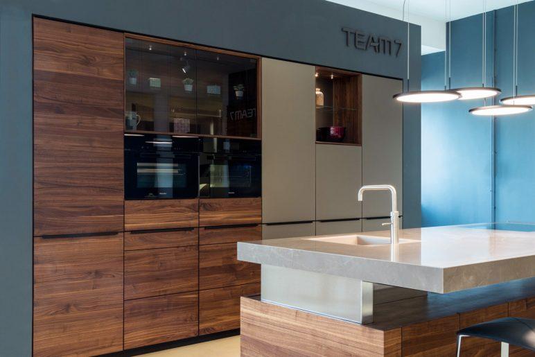 TEAM 7 Modell k7 & linee in Nussbaum mit Glasfront Bronze