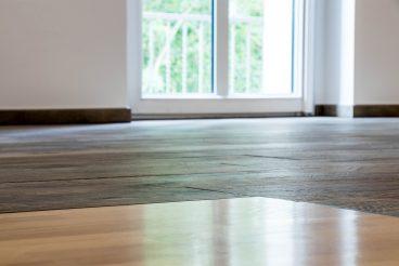 Perfekt verlegte Feinsteinzeugfliesen Dakota von Flavikerin Abstimmung zum Holzboden der Wendeltreppe