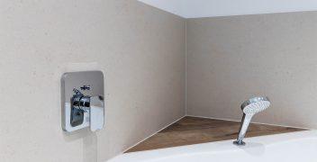 Perfekt gearbeitete Ecklösung mit VidroStone Elementen an der Wand und Flaviker Feinsteinzeugfliesen als Ablagefläche