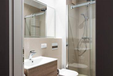 Kompaktes Duschbad mit Wandelementen von VidroStone