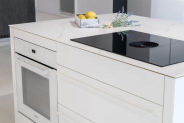 Kücheninsel mit integriertem Backofen Miele H 2860 B Brilliantweiß und Arbeitsplatte aus VidroStone High Tech Keramik