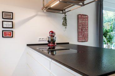 Kücheninsel mit Miele TwoInOne-Kochfeld und Beleuchtung dank Deckenpanel mit LED-Profil in Eiche Weißöl von TEAM7