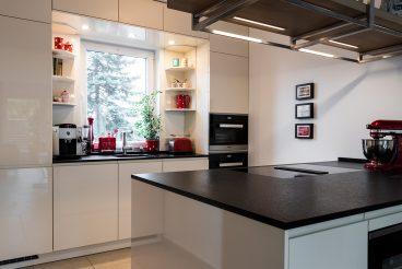 Kücheninsel mit Natursteinarbeitsplatte Nero assoluto antik und besonderem Blick in die Umgebung