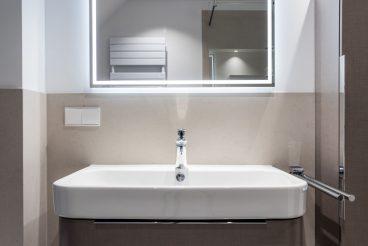 Waschtisch Happy D.2 von Duravit und maßgeschneidertem LED-Spiegel von Pohl+Schwarz