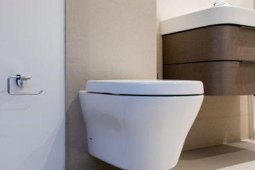 TOTO MH Wand-Tiefspül-WC positioniert vor pflegeleichter XXL-Keramik von VidroStone