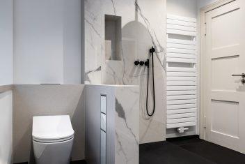 Duschbereich aus XXL-Keramik in Marmoroptik (VS Bianco Statuario Glossy) mit Brausenmischkombination vom dänischen Premiumhersteller Vola