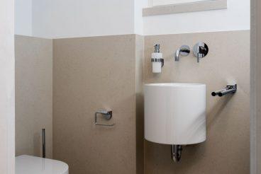 Elegantes Gäste-WC mit XXL-Keramik VS221 an Boden und Wänden (halbhoch)