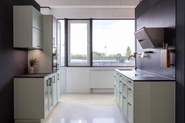 Moderne Landhausküche in mildgrauen Grün von LEICHT - einladend und modern