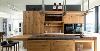 Blickfang: Über der Kücheninsel hängendes Regal