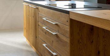 Geräumige Küchenunterschränke mit Griffleisten (TEAM 7 loft in Eiche wild)
