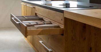 Küchenschublade mit praktischer Unterteilung