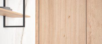 LEICHT Bossa Eiche im Kontrast mit kühlen Oberflächen wie Keramik in Marmorpotik