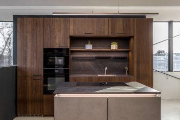LEICHT Küchen BOSSA Concrete: Hochschrankzeile mit integrierter Nische und kompakter Kochinsel