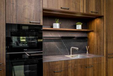 LEICHT Küchen BOSSA Concrete: Hochschrankzeile mit Nischenrückwand und Arbeitsplatte aus VidroStone-Hightechkeramik in Marmoroptik