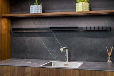 LEICHT Küchen BOSSA Concrete: Dezent integrierte Beleuchtung dank Lichtregal