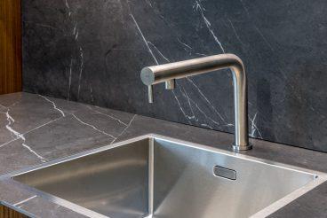 LEICHT Küchen BOSSA Concrete: Flächenbündig integriertes Spülbecken