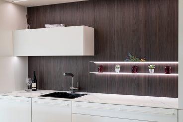 Eine elegant in Szene gesetzte Nischenrückwand: Indirekte Beleuchtung durch WBLE Wandborde