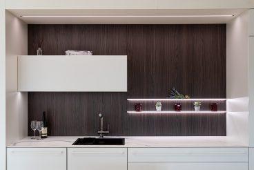 LEICHT Fenix Evo: Praktischer Stauraum an der Nischenrückwand durch eine Kombination aus geschlossenem Oberschrank und offenem Wandbord WBLE